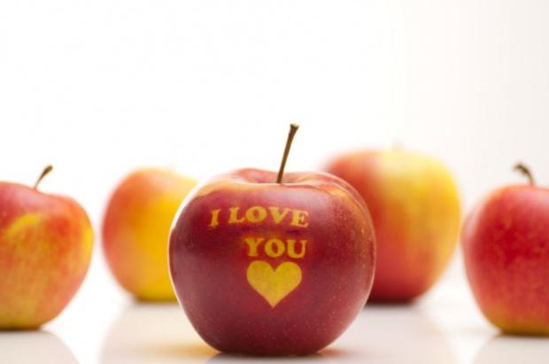 Jabłka zdobione światłem. Czyli jak wykonać napis na owocach