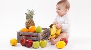Eksperci: Niemowlęta mają w diecie zbyt mało owoców i warzyw