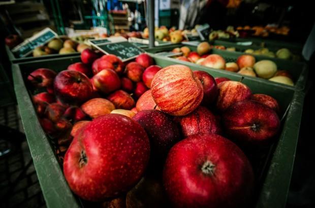 Drogie jabłka w sklepach. Polacy przerzucą się na banany?