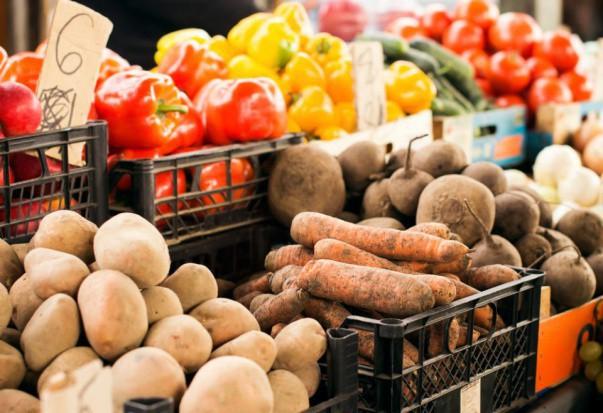 Rynek Bronisze: Tanie ziemniaki z importu. Pojawiają się krajowe pomidory malinowe