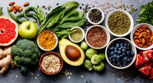 Jemy coraz więcej warzyw i owoców, a mniej pieczywa