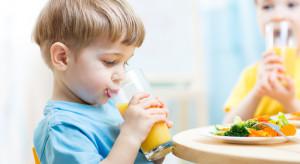 Nowa Piramida Żywienia akceptuje szklankę soku jako porcję warzyw lub owoców w dziecięcej diecie