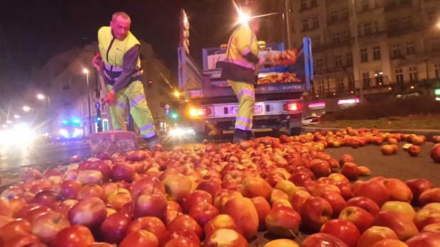 Sadownicy protestują: Jabłka rozsypane na ulicach Warszawy i Góry Kalwarii