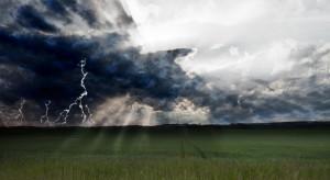 Ostrzeżenia przed intensywnymi opadami i burzami z gradem w niemal całym kraju