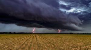 Alert RCB: Silny wiatr i burze z gradem w 12 województwach