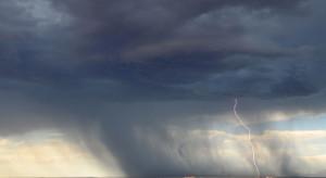 IMGW: Ostrzeżenia przed gwałtownymi burzami z gradem i silnym wiatrem; możliwe trąby powietrzne