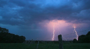 IMGW: Prawie w całym kraju silny deszcz i burze z gradem