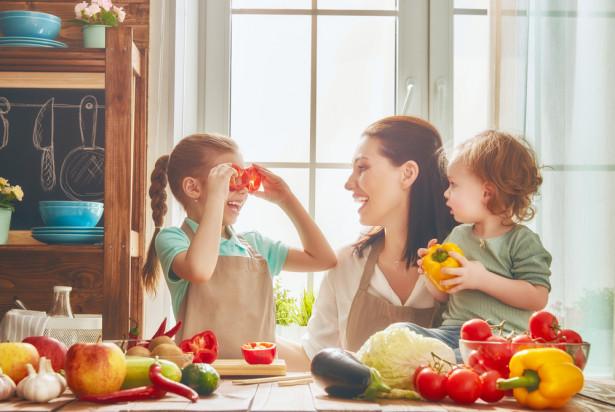Badanie: tylko 46,2 proc. rodziców mówi swoim pociechom o zaletach owoców i warzyw