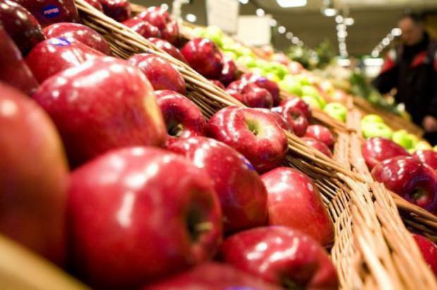 Brytyjskie supermarkety rezygnują z etykiet na owocach i warzywach
