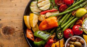 Polacy coraz chętniej zastępują pokarmy mięsne owocami i warzywami