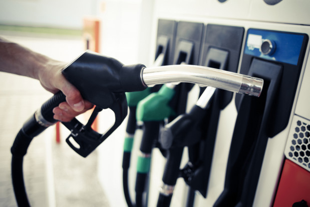 Ceny na stacjach powinny spadać średnio o kilka groszy na litrze