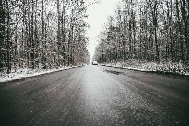 GDDKiA: utrudnienia na drogach ze względu na mżawkę, deszcz i śnieg