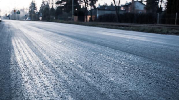 IMGW ostrzega: oblodzenie na drogach czterech województw