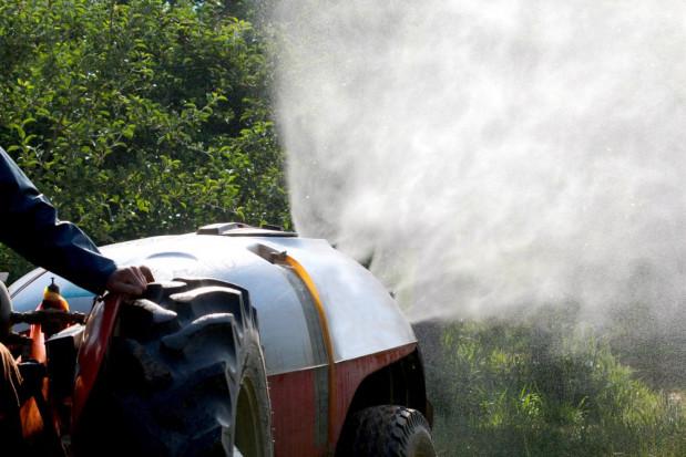 Rolnicy za pomocą opryskiwaczy pomagają w ograniczeniu koronawirusa