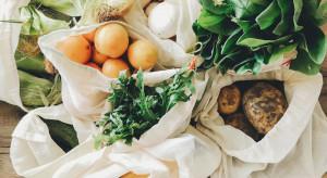 Katowice: Owoce, warzywa i kwiaty na śmietniku koło targowiska