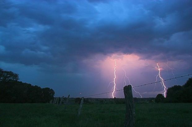 IMGW ostrzega przed burzami z gradem oraz silnym wiatrem