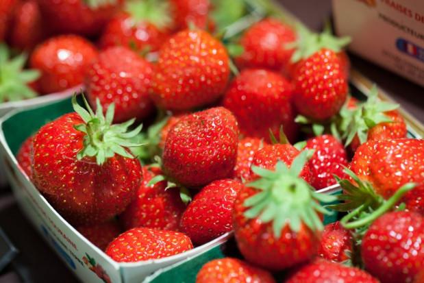 Nieuczciwi handlarze zarabiają na truskawkach i młodych warzywach