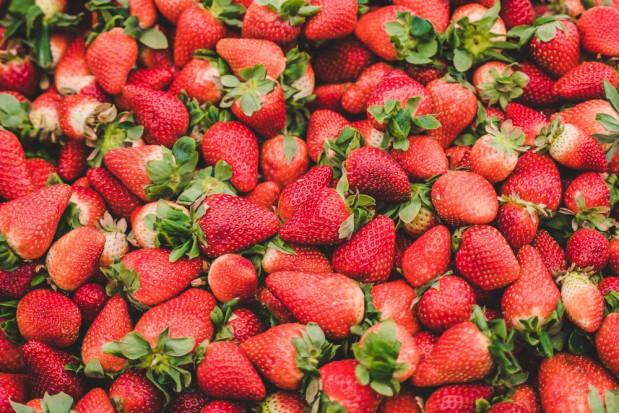 Truskawki 2020: podaż owoców jeszcze ograniczona a ceny spadają