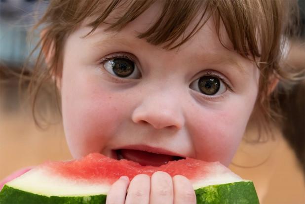 Rodzice podają za mało owoców i warzyw dzieciom. Kampania może to zmienić
