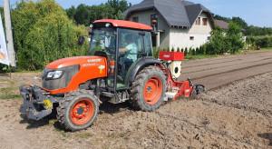 Pokaz odkażania gleby na plantacji truskawek (zdjęcia+ wideo)