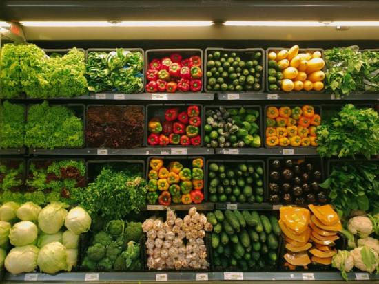 Sklepy uderzają w targowiska. Próbują przyciągać klientów dużymi promocjami warzyw