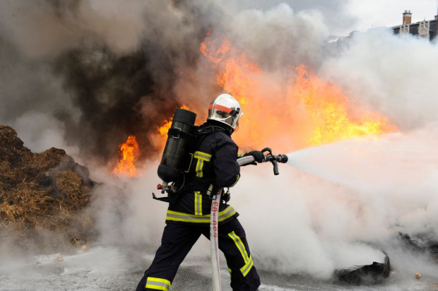 Świętokrzyskie: Pożar budynku gospodarczego w powiecie pińczowskim – spłonęły maszyny rolnicze