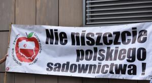 Protest pod siedzibą Biedronki -  sadownicy sprzeciwiają się zaniżaniu cen jabłek deserowych