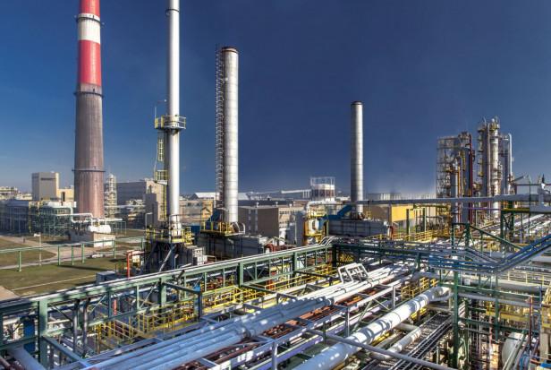 W Anwilu trwa rozbudowa segmentu nawozów - zmontowano wysoki na 84 metry komin