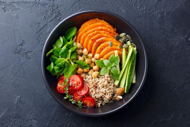 Badanie: Polacy najczęściej jedzą warzywa i owoce na obiad – 93% osób