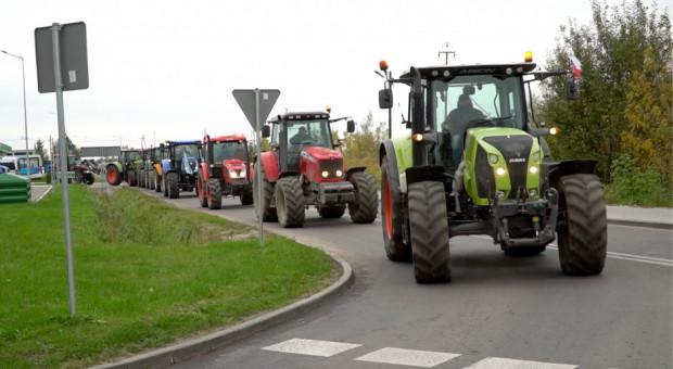 Warszawa: rolnicy zablokowali traktorami skrzyżowanie Płockiej z Kasprzaka