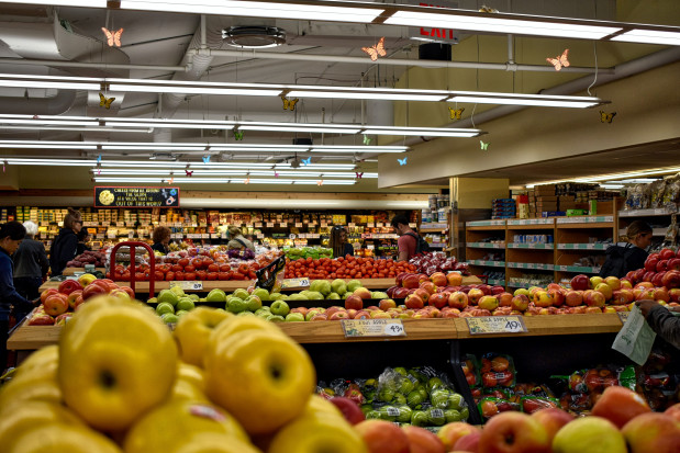 Jabłka w Lidlu po 2 zł/kg, gruszki w Biedronce - 2,99 zł/kg