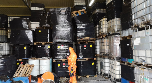 Grzędy, Tarczyn: Niebezpieczne odpady ukryte w przechowalni owoców (foto)