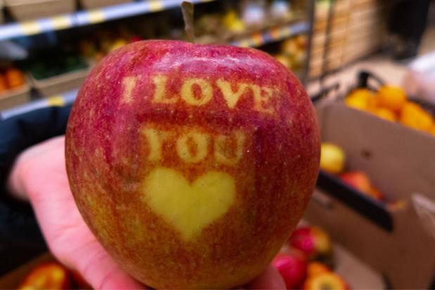 Jabłka zdobione napisem lub symbolem. Jak wykonać? Gdzie kupić?