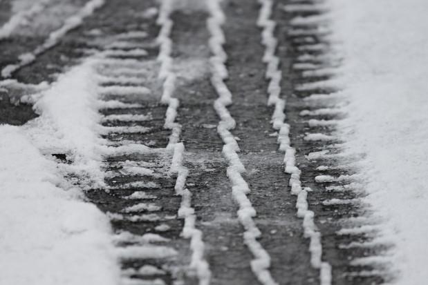 IMGW: ślisko na drogach niemal w całym kraju