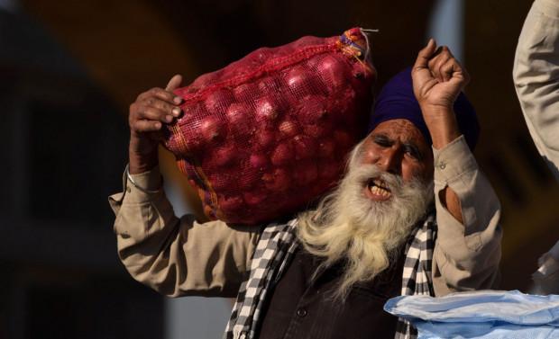 Indie: Tysiące protestujących rolników zablokowało autostrady