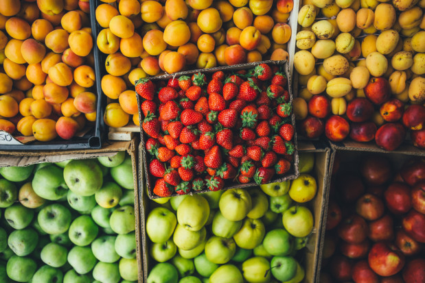Bronisze: Bogata oferta owoców z importu. Truskawki kosztują 22 zł/kg