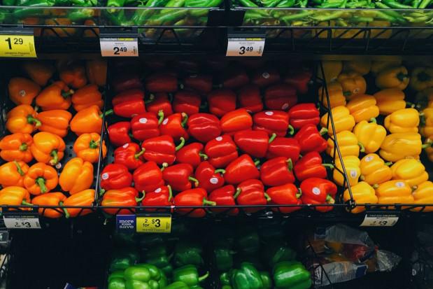 Biedronka stawia na owoce i warzywa z importu