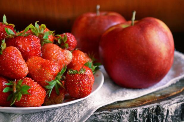 Jabłko najpopularniejszym owocem kwietnia. Wzrosło spożycie truskawek