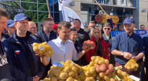 Rolnicy z AGROunii rozdają ziemniaki na ulicach Warszawy