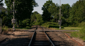 Łódzkie: mandat dla traktorzysty, który rozjechał kolejową zaporę
