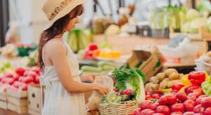 Lidl / Biedronka: promocje na jabłka, truskawki - 16 zł/kg, czereśnie - 19,99
