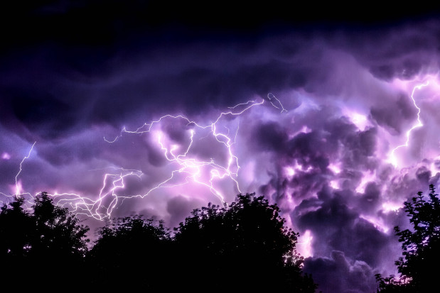IMGW ostrzega przed burzami, gradem i ostrymi porywami wiatru