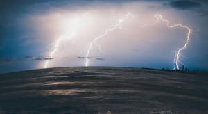 W nocy burze, silny wiatr, ulewy i grad. Ostrzeżenia dla 6 województw