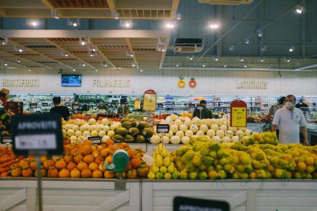 Lidl obniża ceny polskich owoców jagodowych, a Biedronka - jabłek