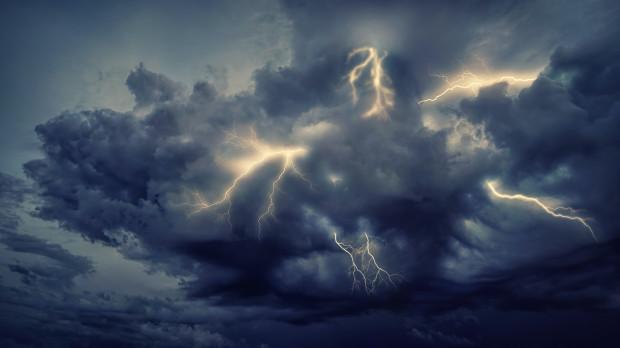 IMGW: burzowa noc z silnym wiatrem do 110 km/h i nawalnym deszczem