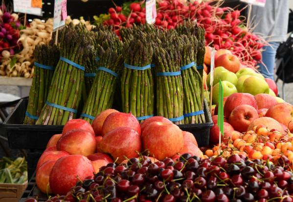 Bób, kurki, czereśnie - ceny owoców i warzyw w Lidlu i Biedronce