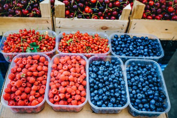 Bronisze: pełen asortyment owoców, mniej warzyw liściastych i kalafiorów
