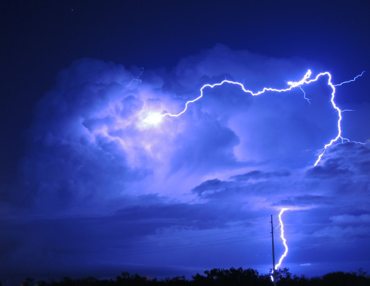IMGW: wieczorem przelotne deszcze i burze, ciepła noc