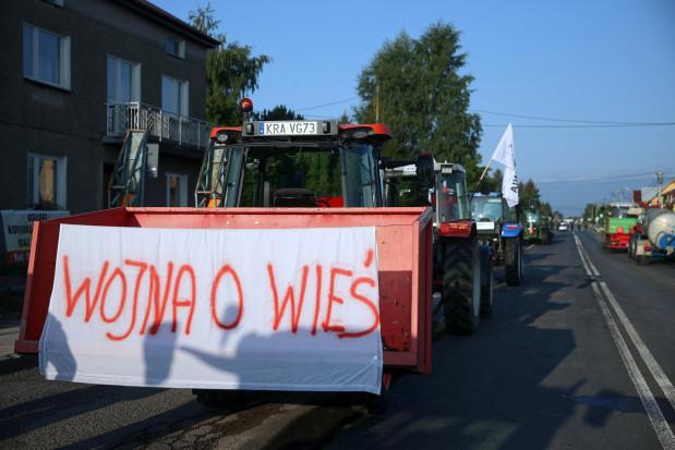 Rolnicy drugi dzień blokują drogi. Do protestów dołączają sadownicy