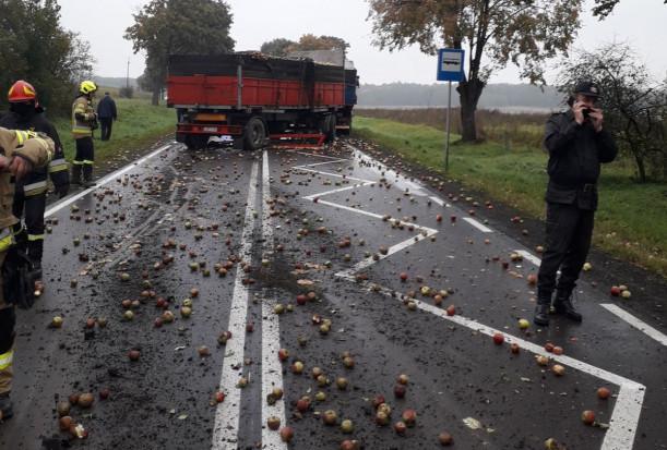 Samochód osobowy uderzył w ciężarówkę przewożącą jabłka przemysłowe